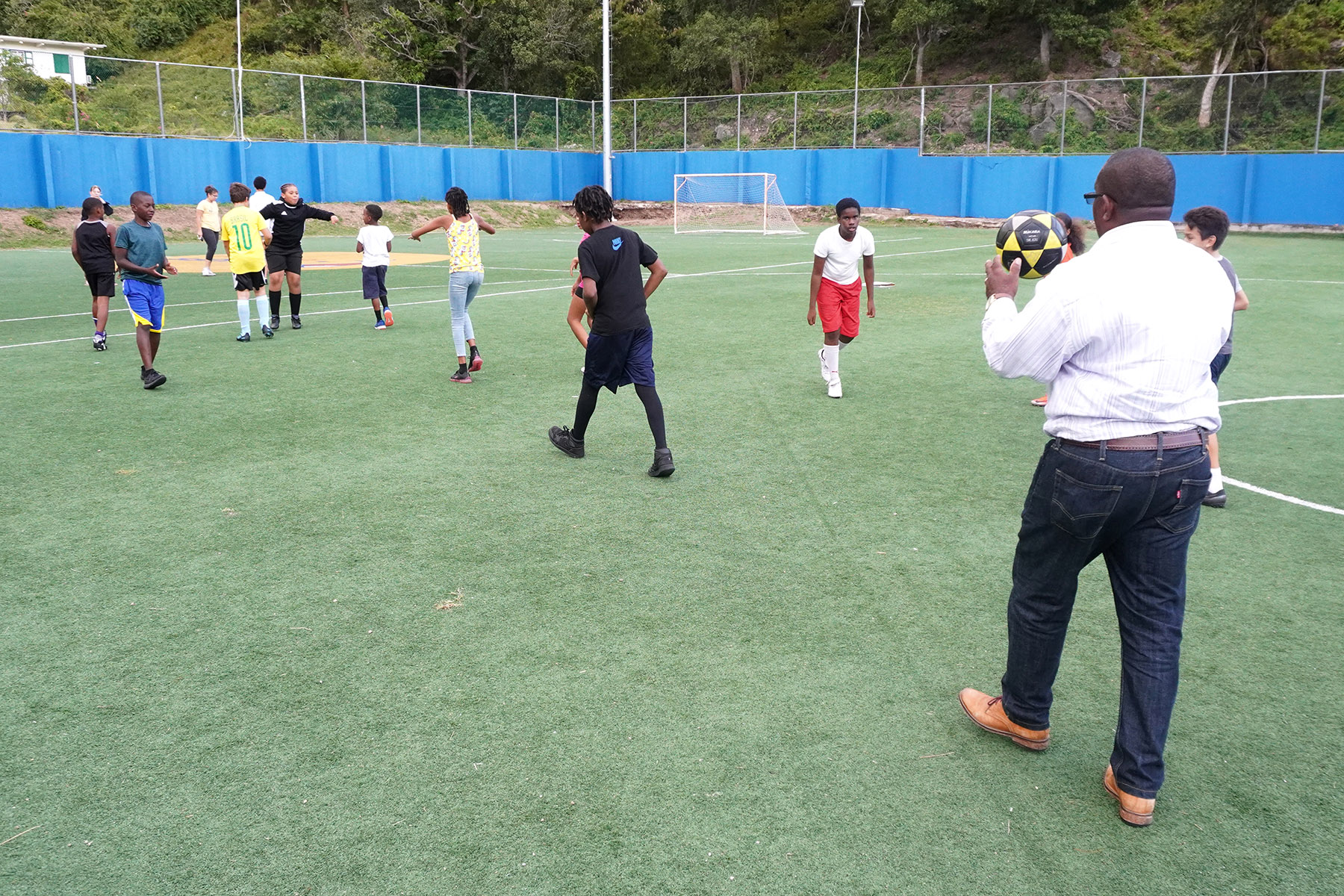 Wilson with young soccer players at Johan Cruyff Court 01